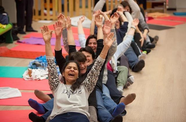 World Health Day: रोजाना 1 घंटा हंसने से दूर होंगी तमाम बीमारियां, जानें लाफ्टर थेरेपी के फायदे