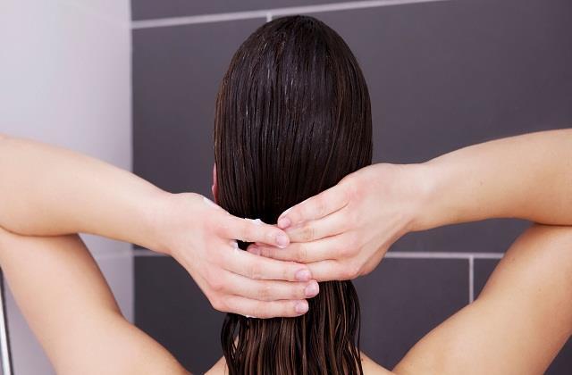 Hair Care: सिर के पसीने की बदबू से रहते हैं परेशान तो शैंपू में इसे मिलाकर लगाएं