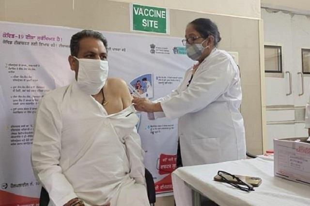 cabinet minister singla took the first dose of corona vaccine