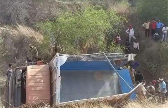 10 dead over 20 injured as etawah dcm overturns in etawah