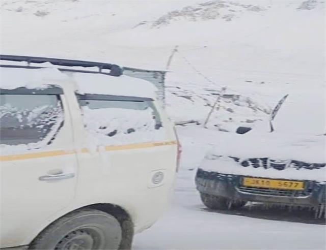 manali snowfall manali leh route interrupted