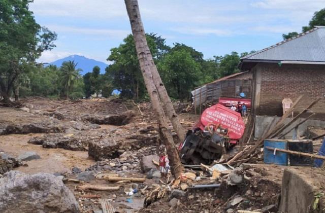 landslides floods in indonesia increase to 140 deaths dozens missing