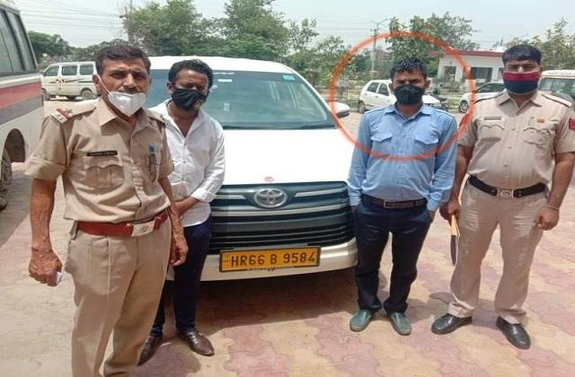 taxi driver absconded after robbing 42 lakh from businessman