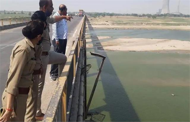 hamirpur panic spread among people after seeing the dead body in yamuna river