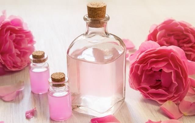 खुद बनाएं ऑर्गेनिक गुलाब जल, नहीं होगा कोई साइड इफेक्ट और स्किन भी करेगी ग्लो
