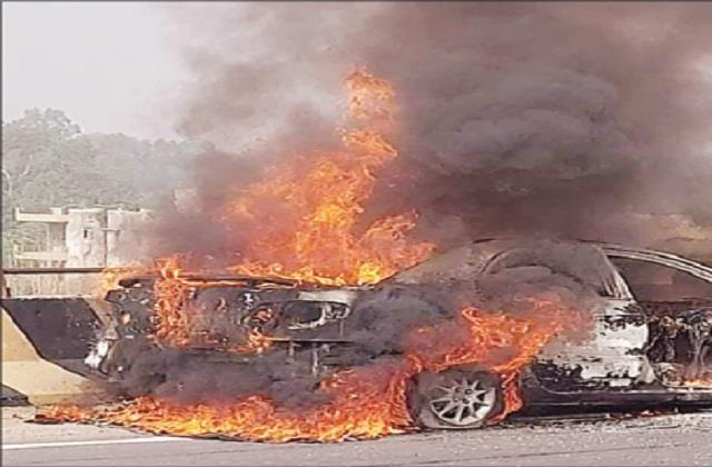 fierce fire in the car on the flyover burning the car in a few minutes