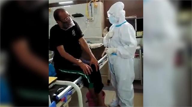 Salute Corona Warrior:  मूक बधिर कोरोना मरीजों के इलाज के लिए घंटो मेहनत कर नर्स स्वाति ने सीखी साइन लैंग्वेज
