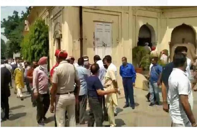 government officials flouted corona rules in phagwara