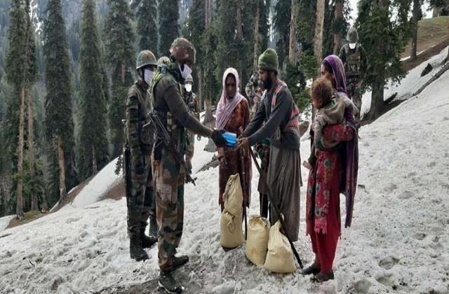 army jawans helped to nomadic family