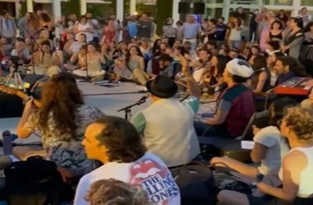 Covid19 से भारत की सुरक्षा के लिए Israel के लोगों ने किया 'ऊँ नमः शिवाय' का जाप (See Video)