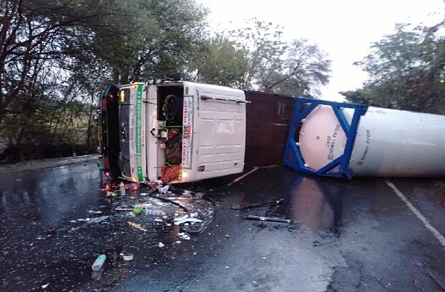 oxygen filled tanker overturns major accident averted