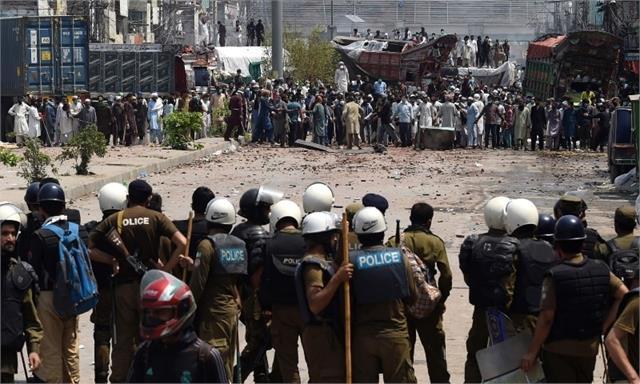 sense of betrayal in pak police grows as imran negotiated with tlp