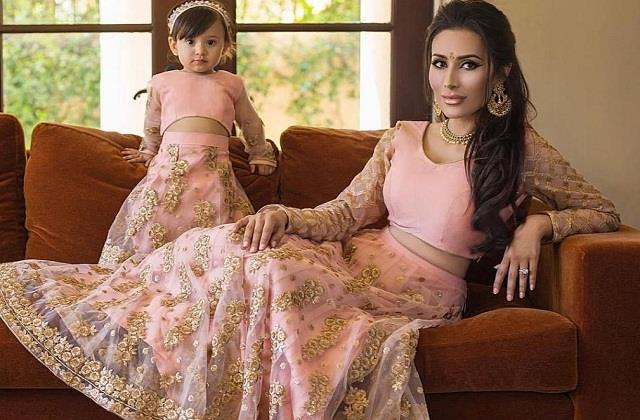 Fashion Tips: खुद को बेटी के साथ एेसे करें ड्रैसअप, देखते रह जाएंगे लोग