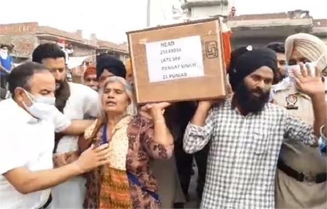 mother gave shoulder to martyr son s bier on mother s day