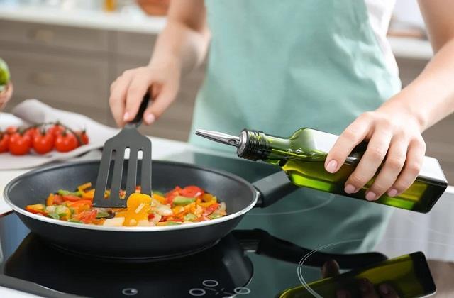 ज्यादा तेल होने से बिगड़ गया है सब्जी का स्वाद तो जायका बढ़ा देंगे ये 'Tips And Tricks'