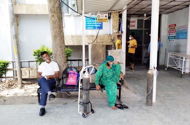 2 covid patients kept outside the trauma center by applying oxygen