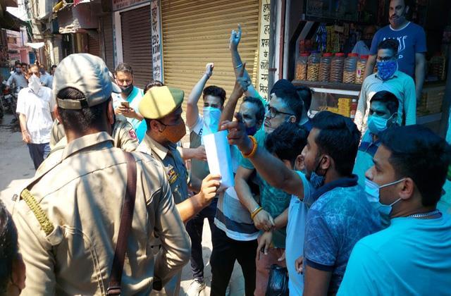 shopkeepers violating covid lockdown rules in kathua