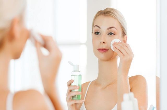 इन 5 तरीकों से इस्तेमाल करें Rose Water, मिलेगी बेदाग और निखरी त्वचा