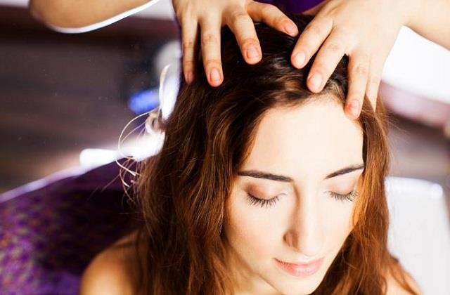 आयुर्वेद के अनुसार बालों में तेल कैसे और कब लगाएं, जानिए