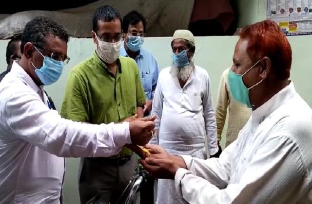 collector pankaj jain distributed yellow rice for vaccination