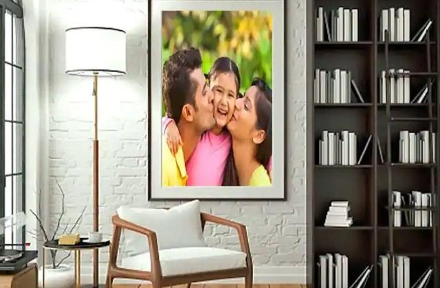 वास्तु के अनुसार घर में कहां लगानी चाहिए Family Photos? जानिए जरूरी बातें