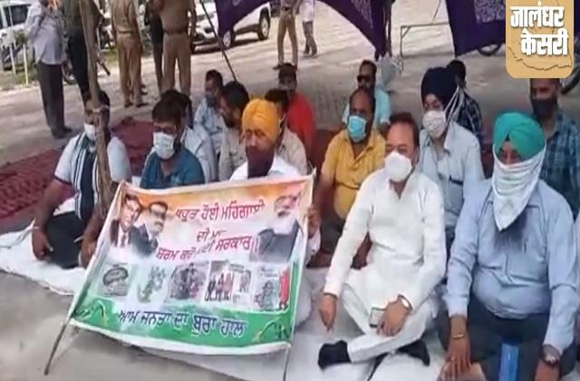 protest by congressmen at petrol pump against