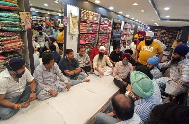 shopkeepers mutually agreed to put pillars in the market