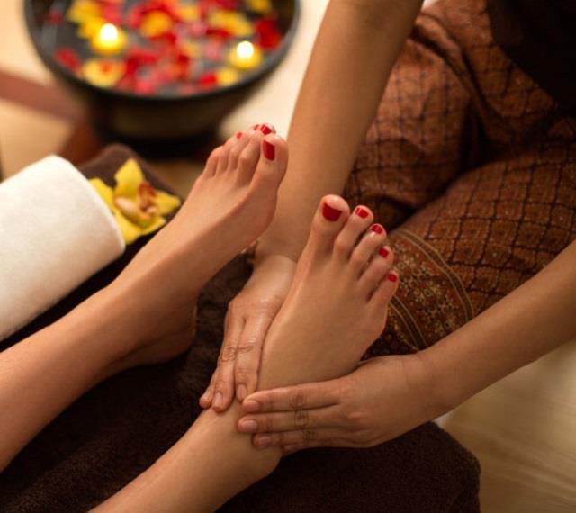 सोने से पहले जरूर करें पैरों की मालिश, शारीरिक दर्द दूर होने के साथ चेहरे पर भी आता है निखार