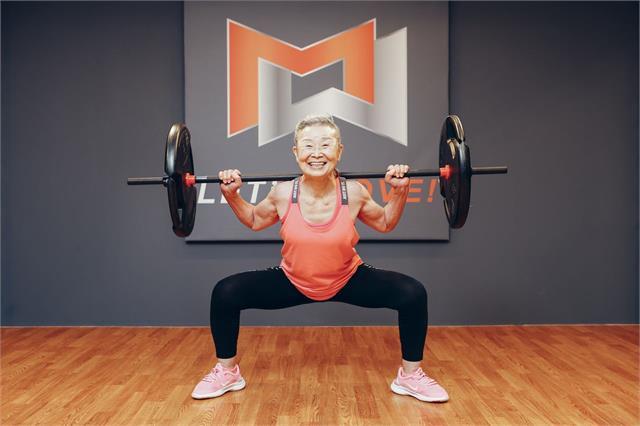 90 साल की यह फिटनेस इंस्ट्रक्टर महिला लोगों को एरोबिक्स के जरिए देती हैं हैल्थी स्वस्थ का 'गुरू मंत्र'