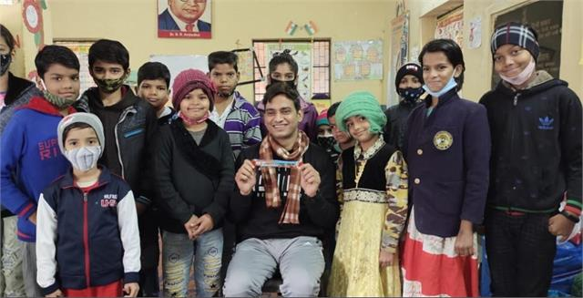 'खिलता बचपन' अभियान के तहत बच्चों को शिक्षा से जोड़ने का काम कर रहे है सचिन भरवाल