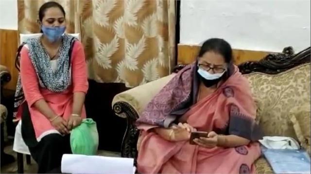 महिला आयोग ने देश की मांओं को दिया ज्ञान, 'बेटियों को मोबाइल फोन न दें, वरना घर से भाग जाएंगी'