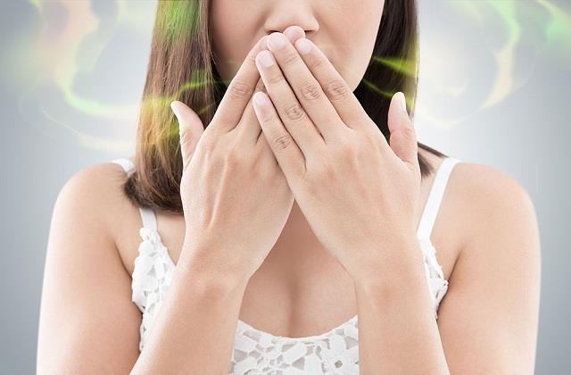 क्या आपके मुंह से भी आती है बदबू तो ट्राई करें ये असरदार घरेलू उपाय