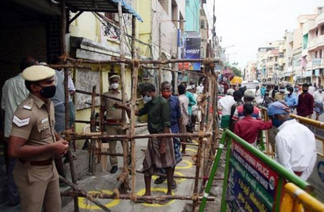 tamil nadu the liquor shops started crowded welcomed by breaking the coconut