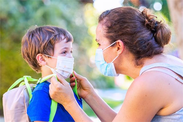 जबरन या डांट कर नहीं, बल्कि ऐसे समझा कर बच्चों को पहनाएं मास्क