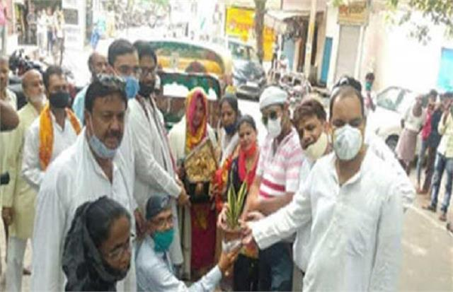 example anita became the first woman auto driver of jhansi congressmen honored