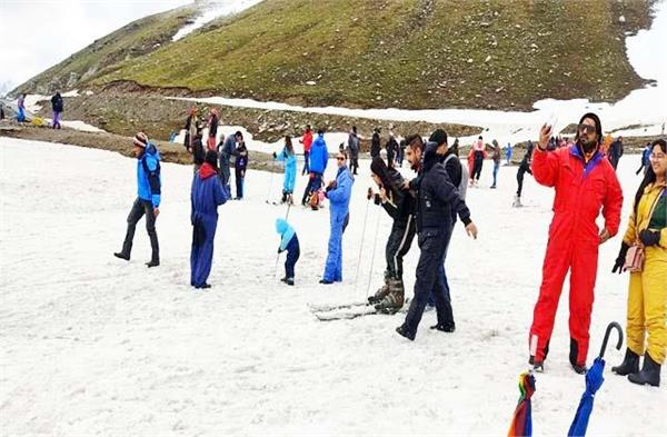 tourist in rohtang pass