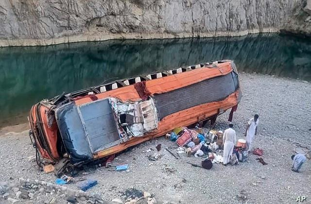 23 killed 30 injured in bus accident in pakistan