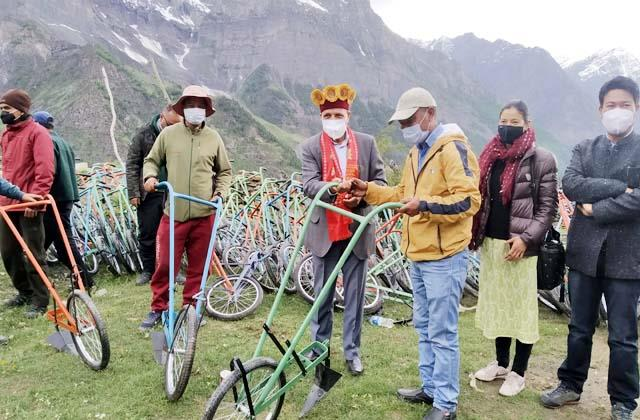 cabinet minister ramlal markanda distribute the agricultural plow