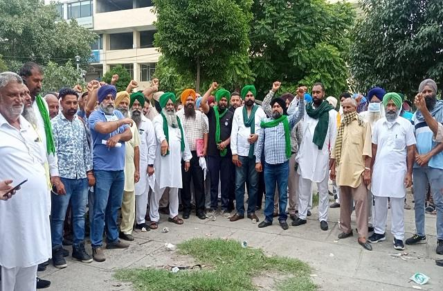 farmers came to hand over demand letter to jalandhar dc