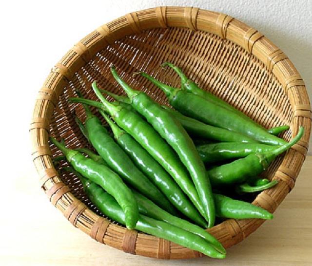 खाने का स्वाद बढ़ाने के साथ इन बड़े रोगों से भी बचाएगी हरी मिर्च, जानें इसके फायदे