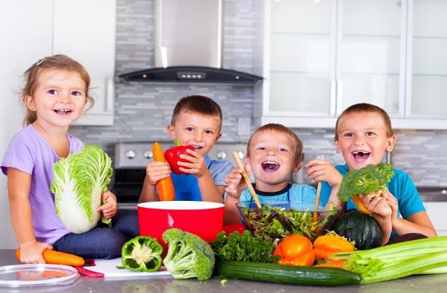 बच्चे को शुरूआत में ही सिखाएं खाने से जुड़ी ये अच्छी आदतें, बीमारियां रहेंगी दूर