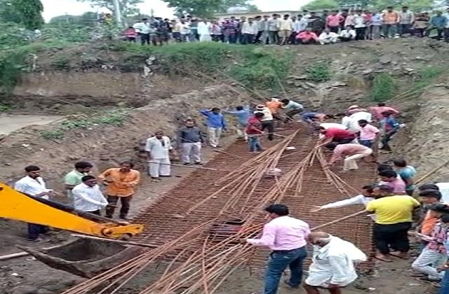 two laborers trapped between iron rods in ratlam