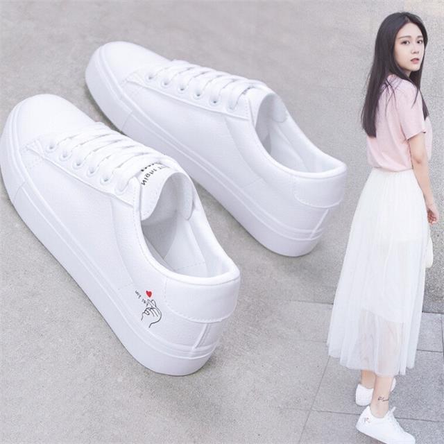 ये 7 'Classic' White Sneakers जो हर लड़की के पास होने चाहिए