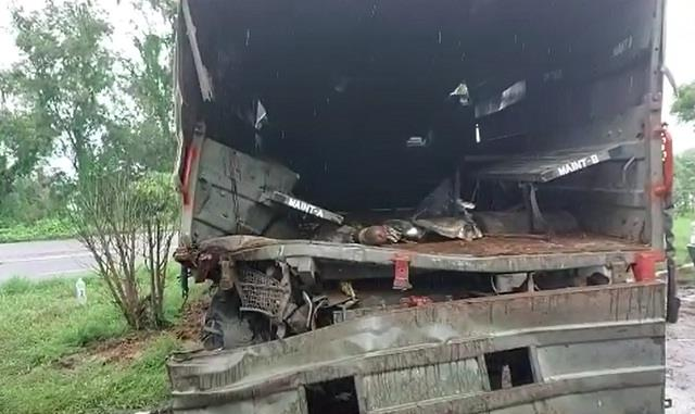 the trala hit the army truck going towards delhi