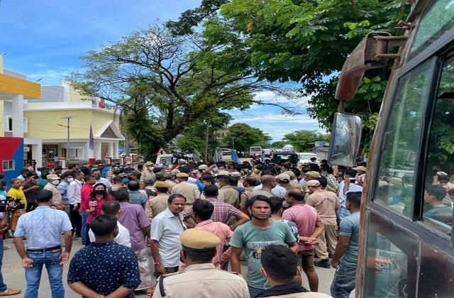 assam police stop congress delegation from going near mizoram border
