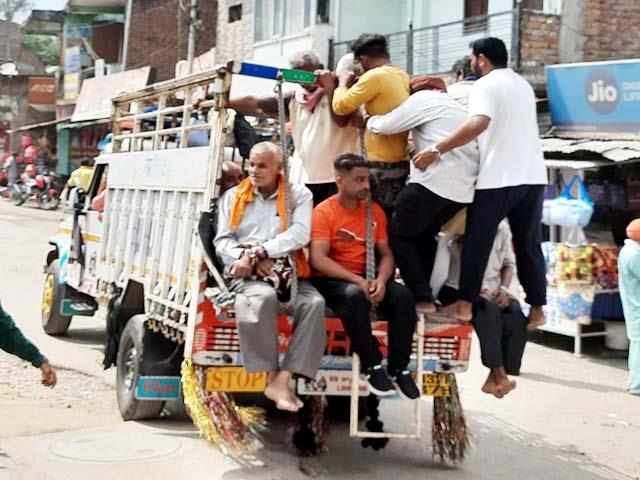 devotees reaching shahtalai in goods carrier vehicles