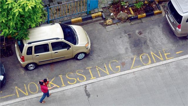 कपल्स से परेशान होकर सोसायटी ने लगवाया No Kissing Zone का बोर्ड