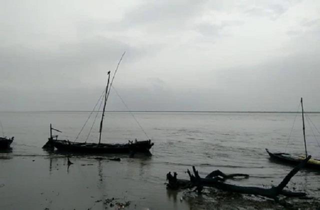 boat full of passengers submerged in the gandak river of bagaha