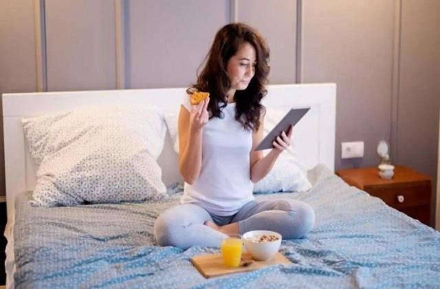 घर में नेगेटिविटी फैलाती है आपकी ये बुरी आदतें, सूर्यास्त के बाद न करें ये काम
