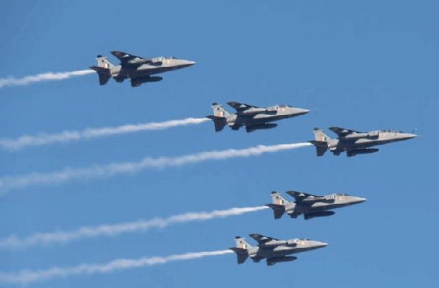 sukhoi 30 and mig 21 fighter aircraft will thunder over dal lake